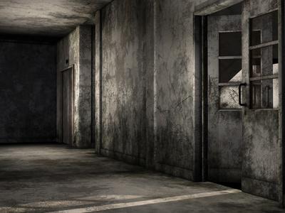 Brudny korytarz w opuszczonym budynku